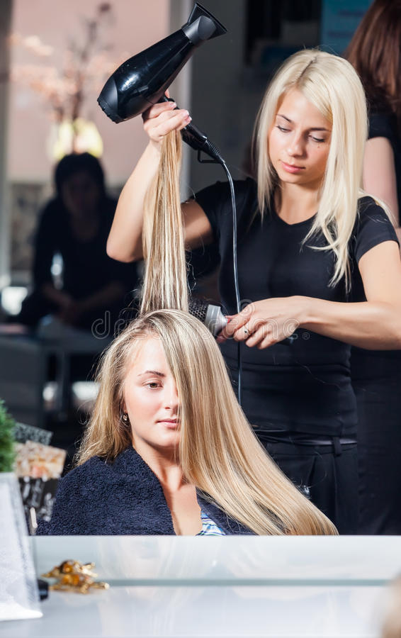 stylistkvinna för torkande hår royaltyfri foto
