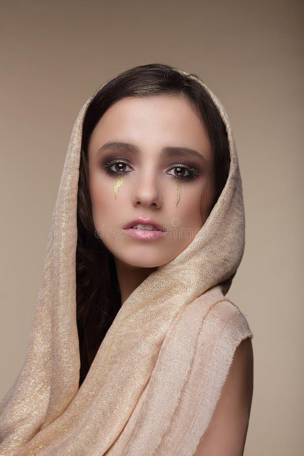 stylization Kvinna med guld- revor Art Makeup royaltyfri foto