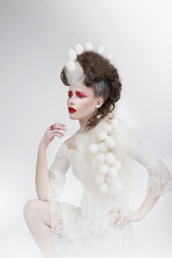 stylization Mujer con las cáscaras de huevo y Art Fancy Makeup fantasía imágenes de archivo libres de regalías