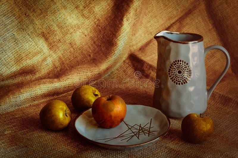 Stylization sous un style rustique Fond approximatif et poterie élégante Pommes d'automne sur la table Cruche avec le kvas fait m photo libre de droits
