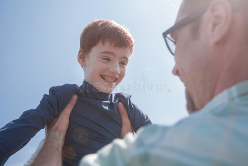 stylized fotostetoskop en lycklig son i hans händer för kassaskåp för fader` s royaltyfri fotografi