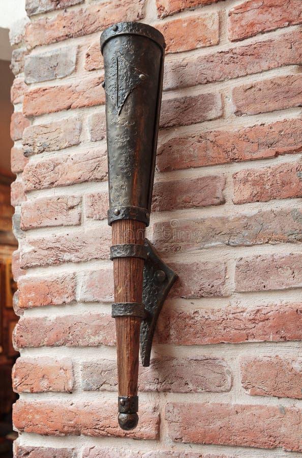 Stylizowana lampa w postaci antycznej pochodni na ściana z cegieł obraz stock