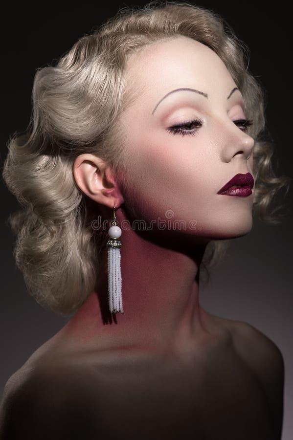 Stylizowany portret młoda piękna kobieta w retro stylu obraz royalty free