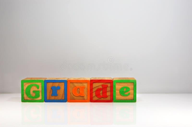Stylizowany strzał & x22; Grade& x22; literujący za abc blokach z obraz stock