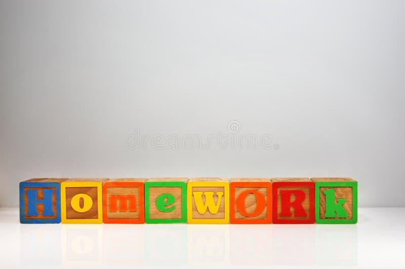 Stylizowany strzał &-x22; Homework&-x22; literujący za abc blokach z obraz stock