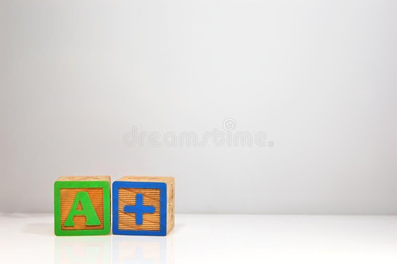 """Stylizowany strzał literujący za abc blokach z """"A+† obraz royalty free"""