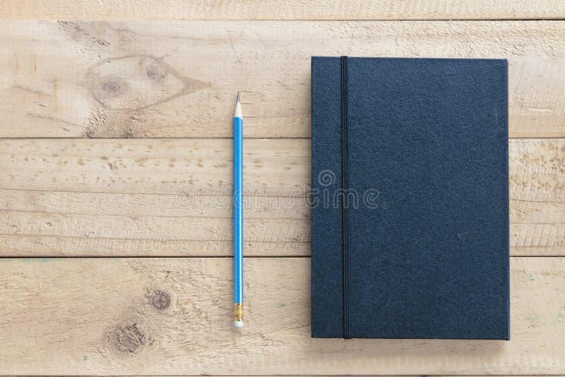 Stylo avec le carnet en cuir noir photographie stock libre de droits