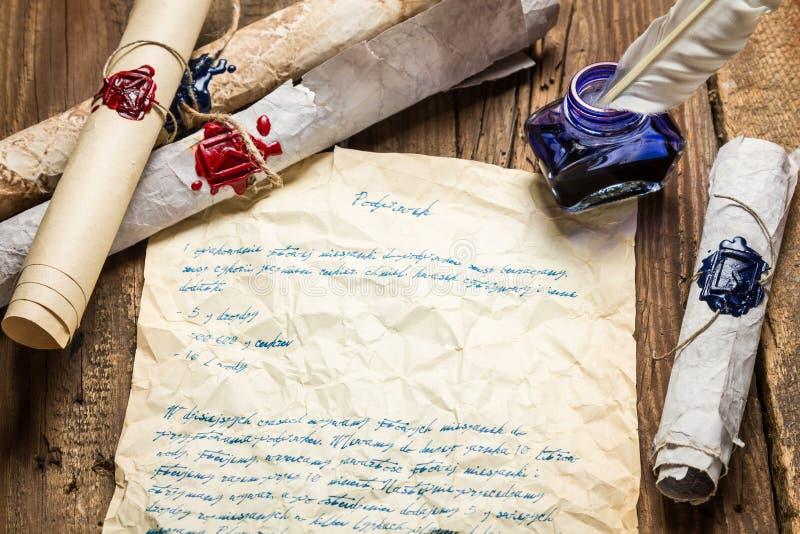 Stylo d'oiseau écrit vieille par lettre et mastic scellé photographie stock libre de droits