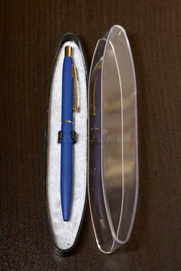 Stylo de boule de souvenir dans une boîte ouverte Un cadeau pour un ami Remboursement in fine image stock