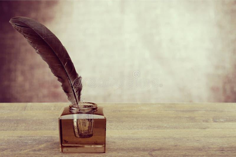 Stylo de cannette avec l'encrier encastré image stock