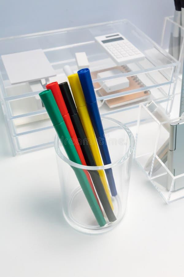 Stylo de marqueur dans le support acrylique clair d'arrondir-forme pour l'organi de bureau photographie stock libre de droits