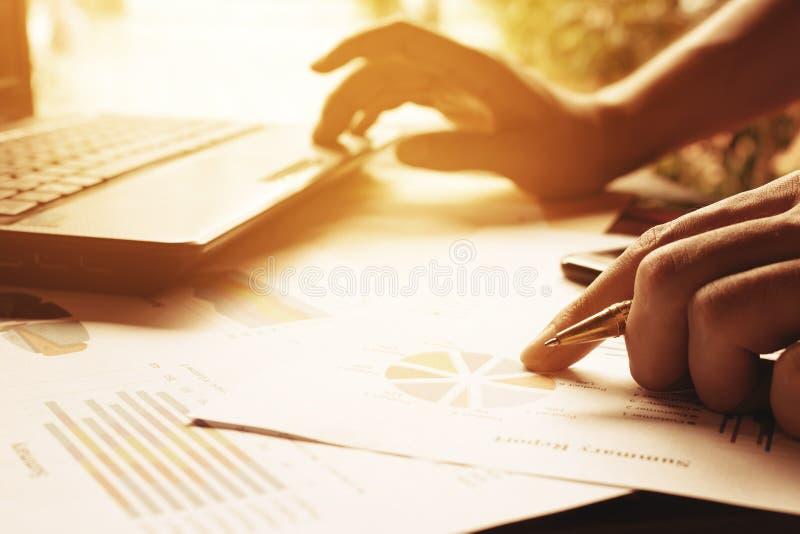 Stylo de participation d'homme d'affaires sur les diagrammes et le graphique pour découvrir le resu images stock