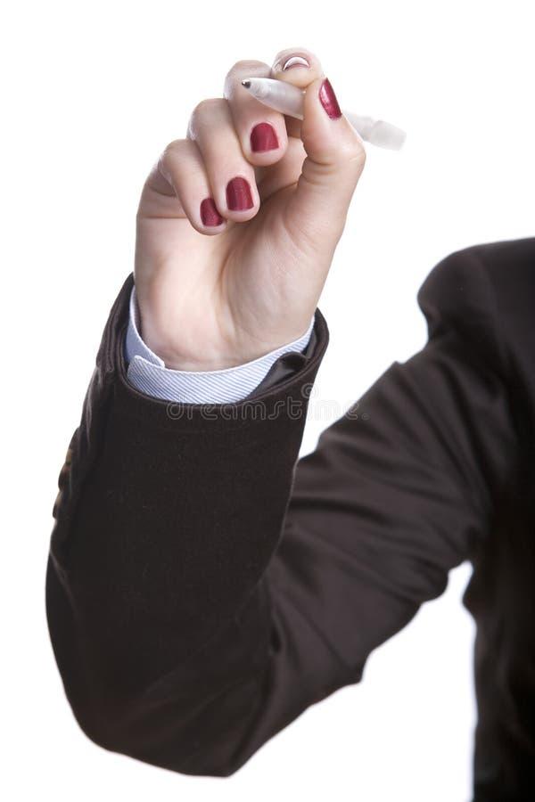 Stylo de participation de femme d'affaires d'isolement sur le blanc photographie stock