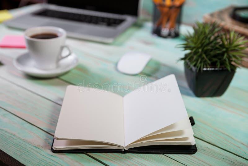 Stylo et carnet avec l'ordinateur portable Moment, espace de travail ou cof d'inspiration photo stock