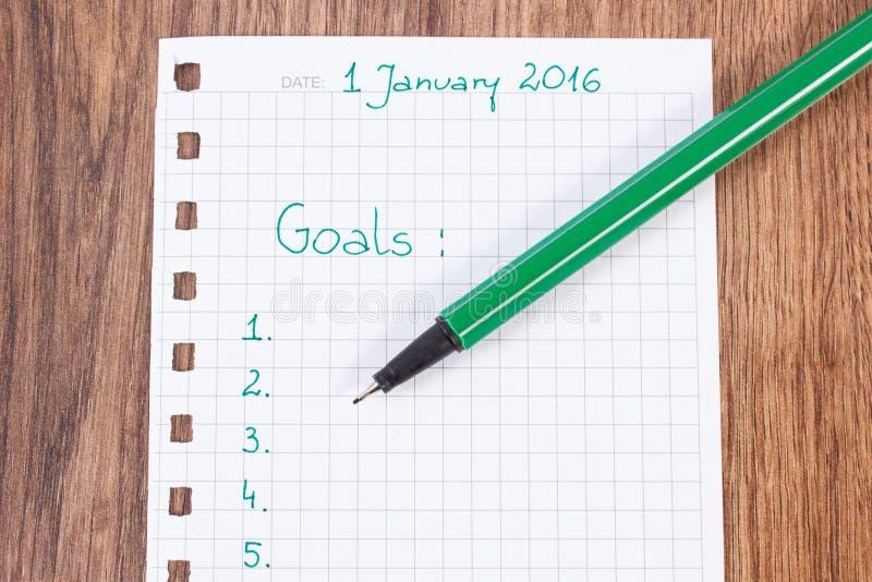 Stylo et carnet pour prévoir des résolutions et des buts de nouvelles années images libres de droits