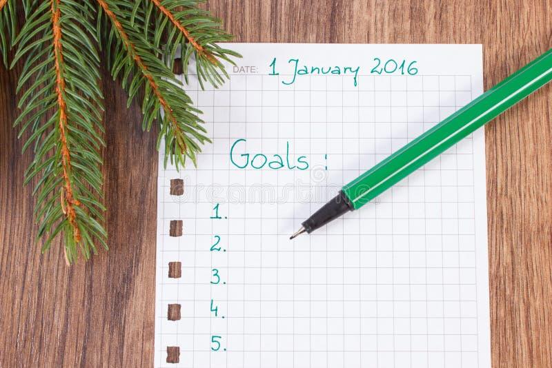 Stylo et carnet pour prévoir des résolutions et des buts de nouvelles années photographie stock