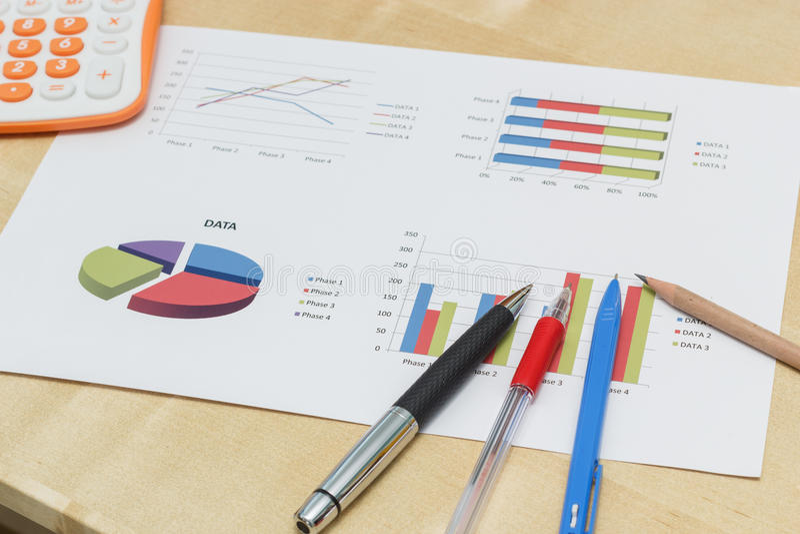 Stylo et crayon sur le graphique de gestion avec la calculatrice photographie stock