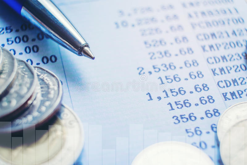 Stylo et pièce de monnaie sur le papier d'affaires Rapportez le diagramme image libre de droits
