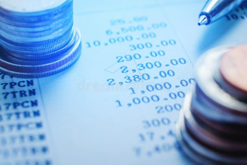 Stylo et pièce de monnaie sur le papier d'affaires Rapportez le diagramme images libres de droits