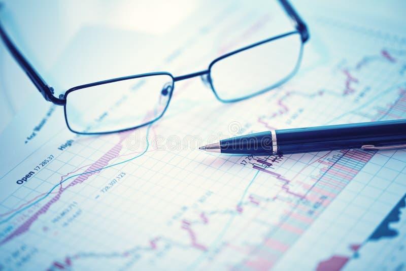 Stylo et verres sur le diagramme financier photo libre de droits