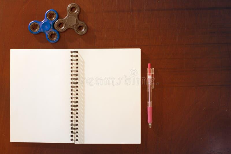 Stylo, fileur de main, carnet sur le fond en bois de table, lig jaune image libre de droits