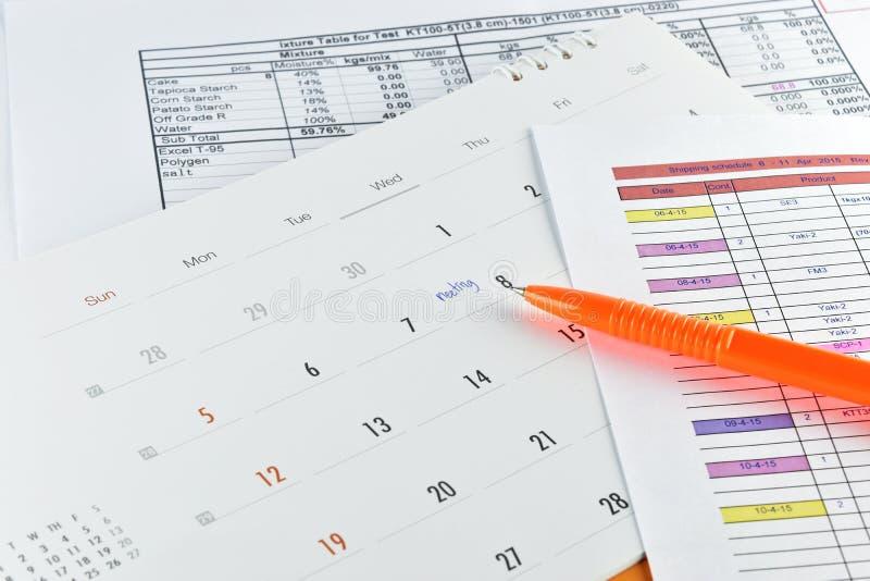 Stylo orange placé sur le plan de réunion dans le calendrier images libres de droits