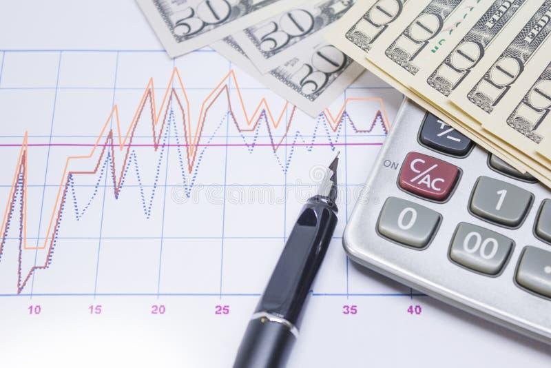 stylo-plume, calculatrice avec des billets de banque 10 dollars, 50 dollars photo stock
