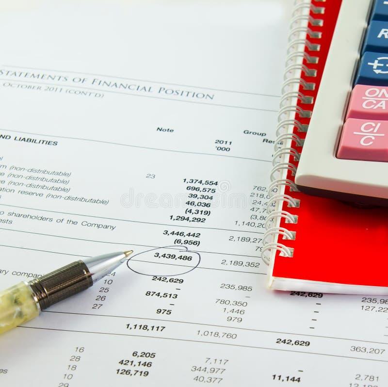 Stylo sur le rapport de relevé de compte financier  photo libre de droits