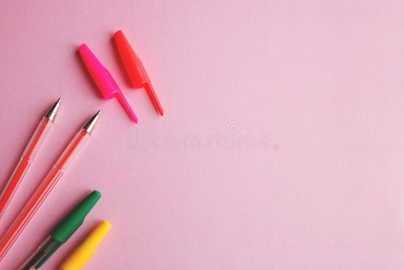 Stylos colorés sur un concept rose d'éducation de fond photos libres de droits