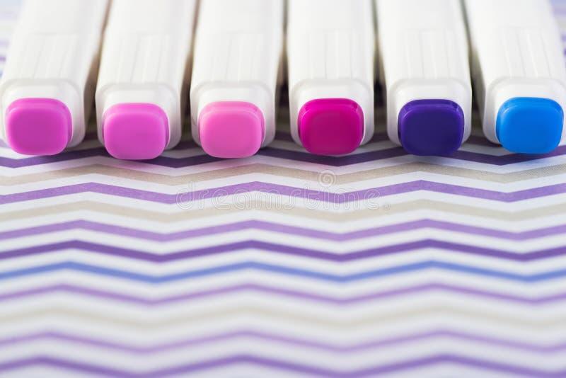 Stylos de marqueur de couleurs d'isolement sur le fond de papier Marqueurs d'alcool image stock