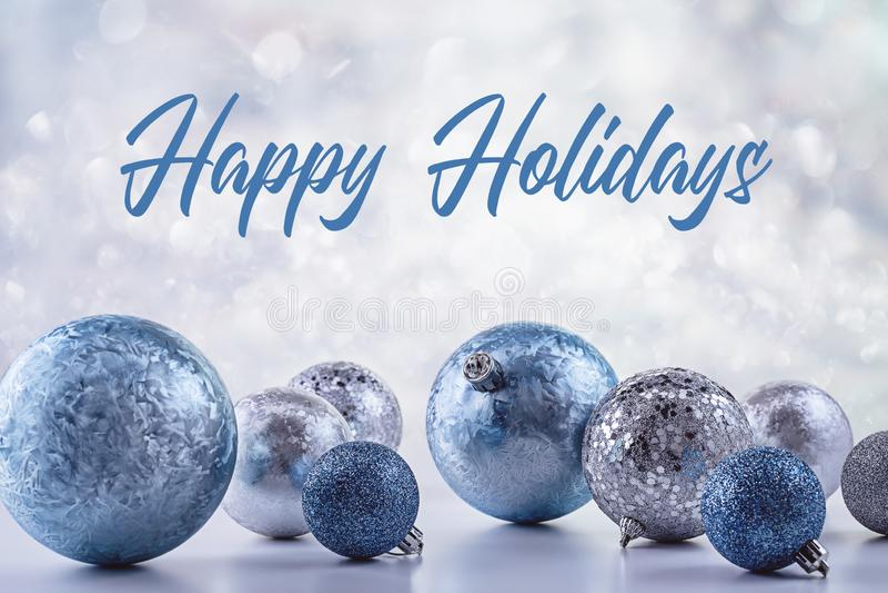 Stylowe srebrne i niebieskie piłeczki na wakacje zimowe zdjęcie royalty free