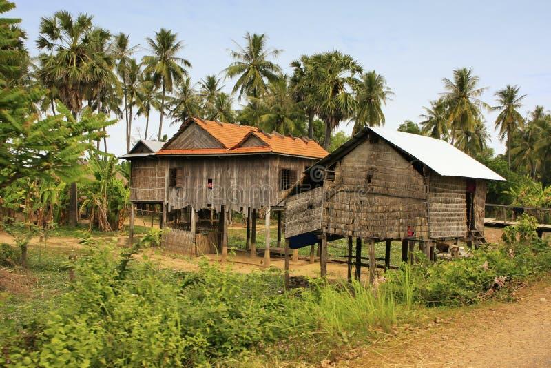 Styltahus i en liten by nära Kratie, Cambodja royaltyfri fotografi