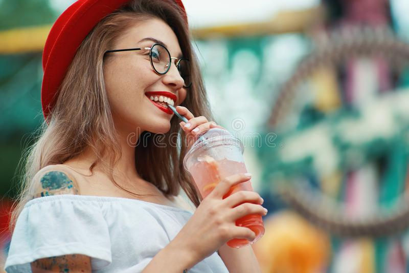 Stylu życia portret dosyć elegancka kobieta pije koktajl obraz stock
