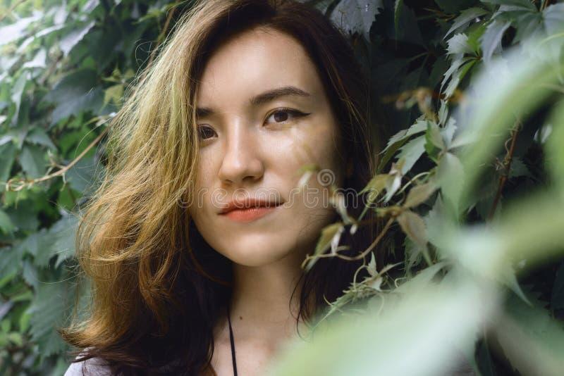Stylu życia portret młoda dorosła kobieta w zielonych liściach obrazy royalty free