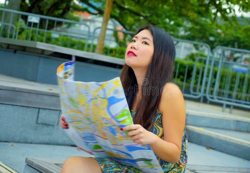 Stylu życia portret młody szczęśliwy i piękny Azjatycki Koreański turystyczny kobiety odprowadzenie na ulica parku patrzeje miast zdjęcia stock