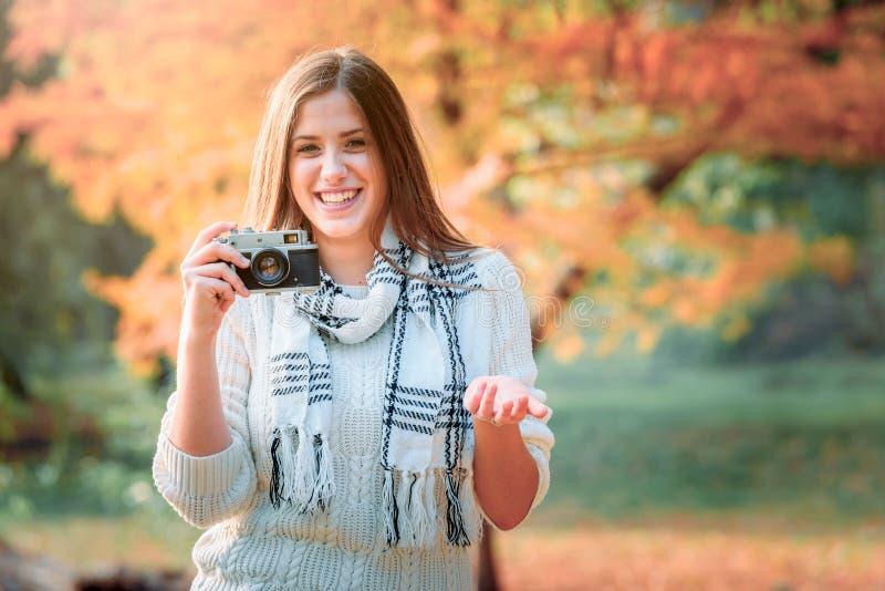 Stylu życia portret zimy dziewczyna z rocznik kamerą zdjęcie stock