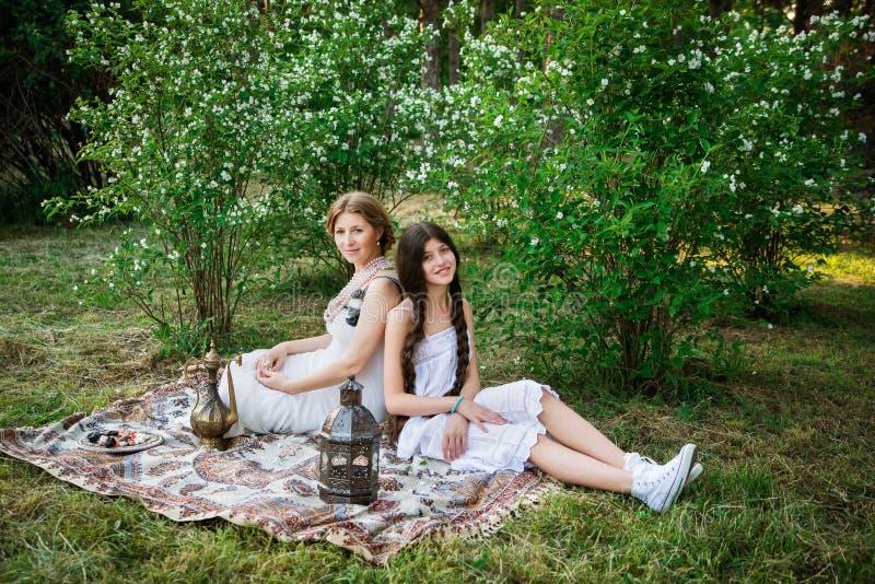 Stylu życia portreta mama i córka plenerowi w ogródzie zdjęcie royalty free