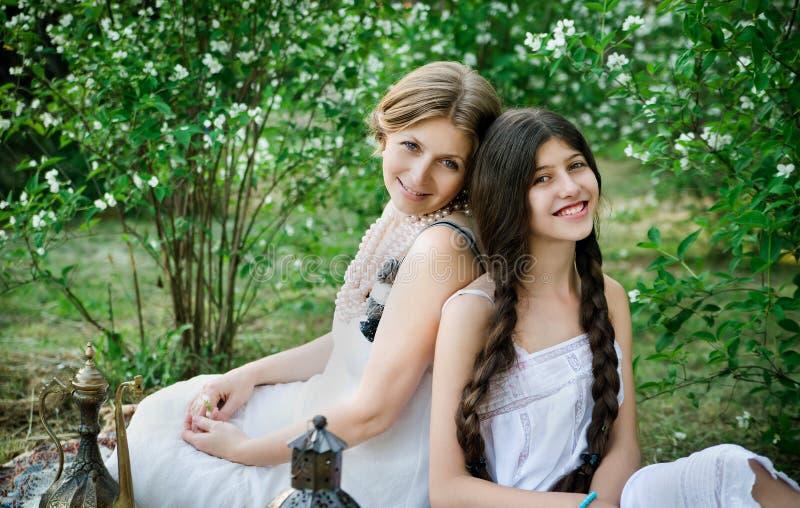 Stylu życia portreta mama i córka plenerowi w ogródzie fotografia royalty free