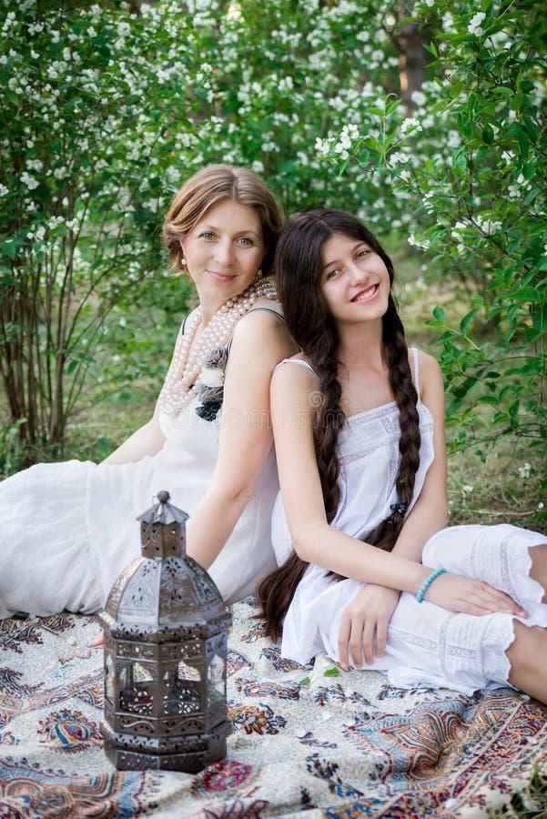 Stylu życia portreta mama i córka plenerowi w ogródzie obrazy royalty free
