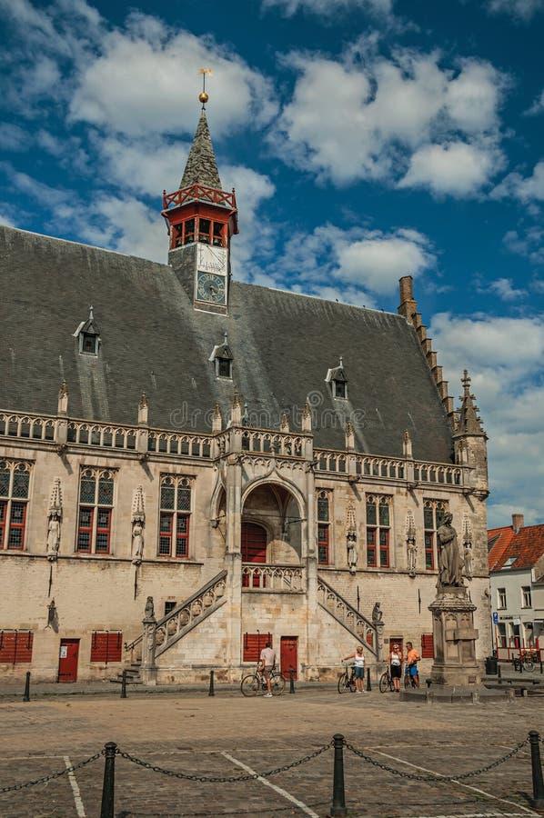 Stylu budynek urząd miasta i ludzie w głównym placu Damme zdjęcie stock