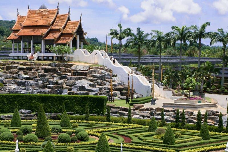 Stylu ogród, Chińska pagoda, kamienna elewacja, uprawia ogródek w Tajlandia fotografia royalty free