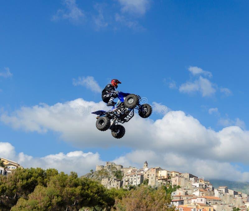 Stylu wolnego kwadrata roweru pilot robi skokowi z wysokim skokiem zdjęcia stock