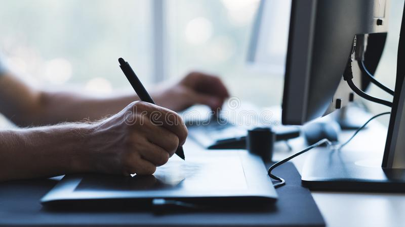 Stylus γραφικών ταμπλετών χεριών ψηφιακός καλλιτέχνης σχεδιαστών στοκ φωτογραφίες με δικαίωμα ελεύθερης χρήσης