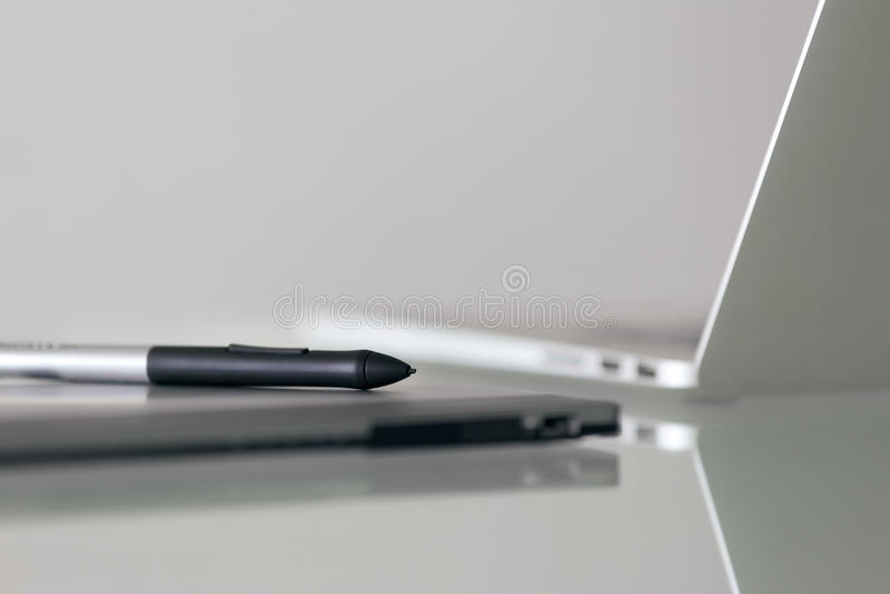 Stylus μάνδρα και γραφική ταμπλέτα για την ψηφιακή εργασία σχεδίου στοκ φωτογραφία με δικαίωμα ελεύθερης χρήσης