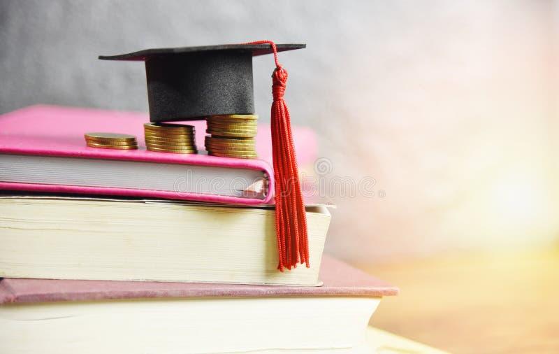 Stypendium edukacji pojęcie z skalowanie nakrętką na menniczym pieniądze oszczędzaniu dla dotacji edukacji na książce obrazy stock