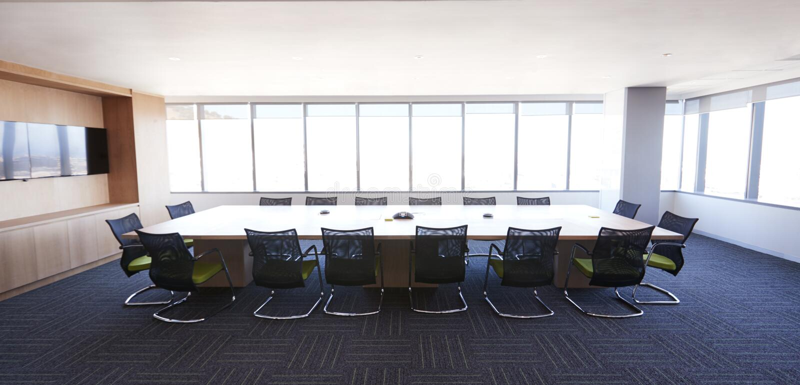 Styrelse av det moderna kontoret med inga personer royaltyfri foto