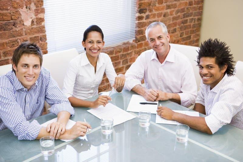 styrelsebusinesspeople fyra som ler arkivbild