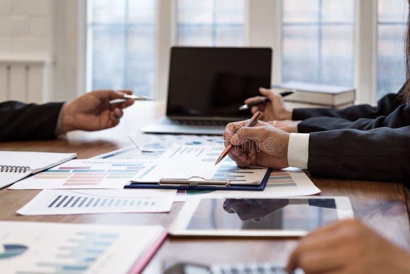 Styrelseplanläggningsprojekt som betraktar affärserbjudande, arkivbilder