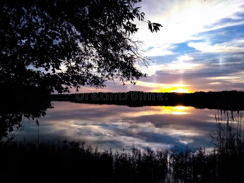 Styrmanliten vik solnedgång för sjö royaltyfri fotografi