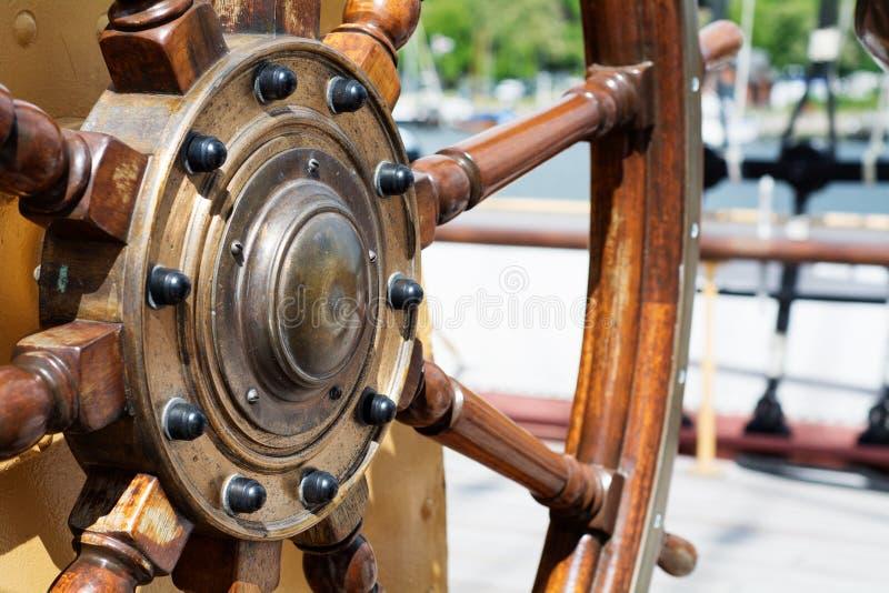 Styrninghjul av trä på ett högväxt skepp royaltyfri fotografi